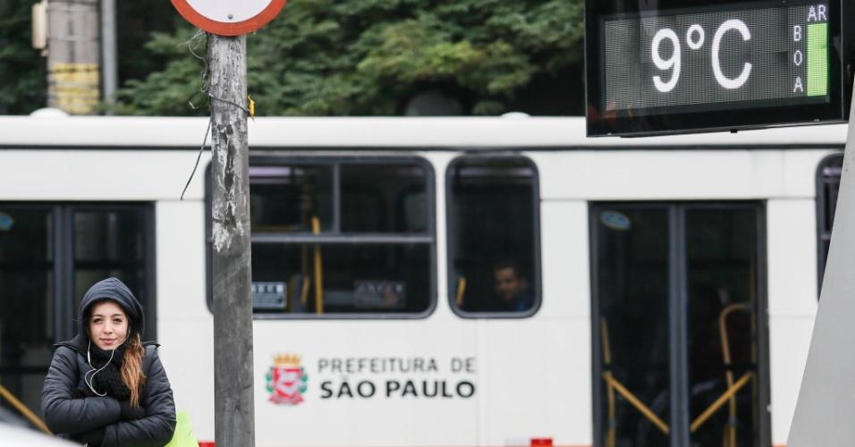 10.jun.2016 - Pedestre enfrenta frio na avenida Dr. Arnaldo, zona oeste de São Paulo. Durante a manhã, os termômetros marcaram entre 9°C e 10°C