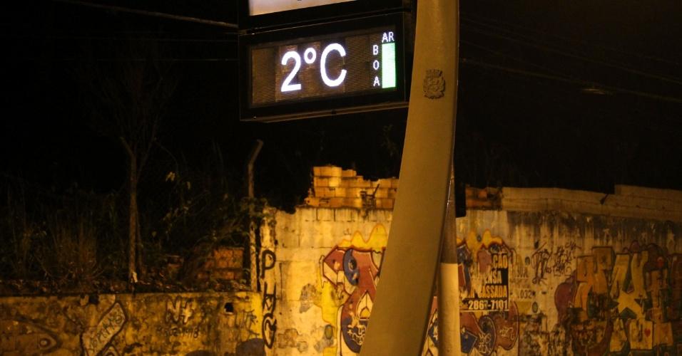 13.jun.2016 - Termômetro marca 2°C na região da avenida Aricanduva, no Parque do Carmo, zona leste de São Paulo (SP). A cidade registrou, em média, 3,6°C, a menor temperatura mínima do ano, segundo informações do CGE (Centro de Gerenciamento de Emergências), da prefeitura