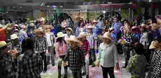 Mesmo na festa da colheita, os alunos se vestem de camisa xadrez e chapéu de palha como nas festas juninas tradicionais - Arquivo pessoal