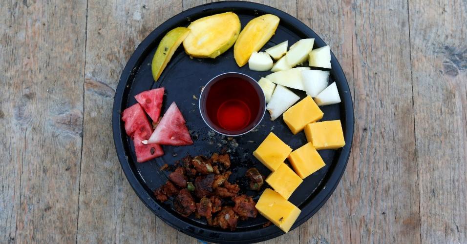 4.jul.2016 - Para a quebra do jejum, eles preparam pakora (prato típico frito condimentado com vegetais, ervas e especiarias), com frutas, pudim e bebida doce