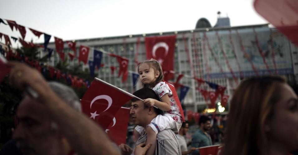 17.jul.2016 - População participa de novo ato pró-governo na cidade de Istambul, na Turquia. O presidente Recep Tayyip Erdogan pediu que seus seguidores continuem a protestar contra a tentativa de golpe nas ruas e nas praças até sexta-feira, dizendo que a ameaça contra ele não está completamente eliminada