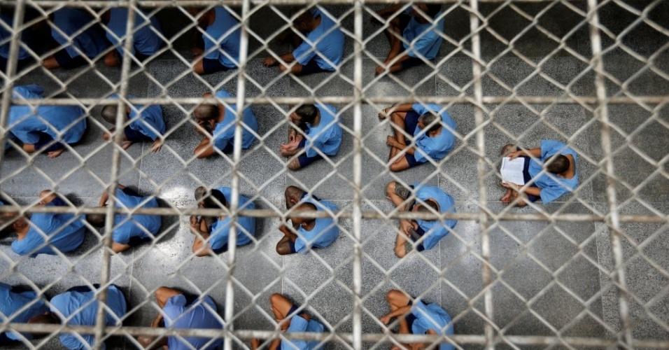 18.jul.2016 - Presos sentam no chão durante uma visita de inspeção em prisão de alta segurança para sentenças longas em Bancoc, na Tailândia. A foto foi tirada dia 12 de julho e divulgada nesta segunda-feira (18)
