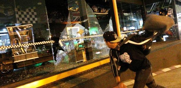 Manifestante ataca concessionária de carros em protesto na zona oeste de São Paulo contra Michel Temer