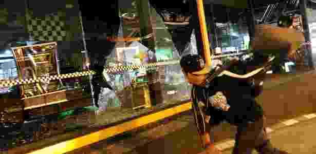 Manifestante ataca concessionária de carros em protesto na zona oeste de São Paulo contra Michel Temer - Daniel Teixeira/Estadão Conteúdo