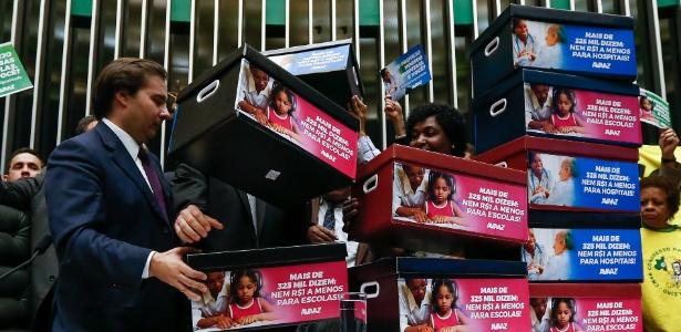 Caixas simbolizando assinaturas de petição online contra a PEC do Teto são entregues a Rodrigo Maia (DEM-RJ), presidente da Câmara
