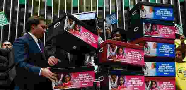 Caixas simbolizando assinaturas de petição online contra a PEC do Teto são entregues a Rodrigo Maia (DEM-RJ), presidente da Câmara - Pedro Ladeira - 25.out.2016/Folhapress