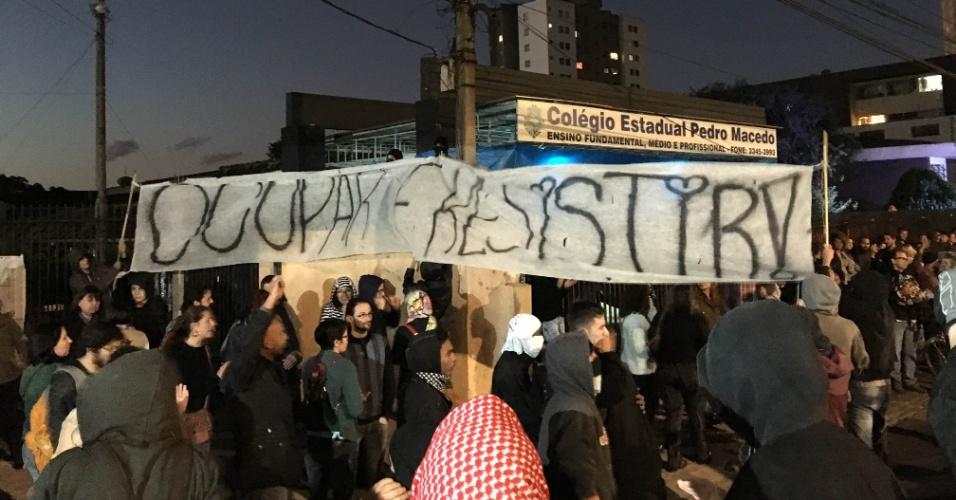 Manifestação em frente a colégio do Paraná apoiava ocupações de estudantes
