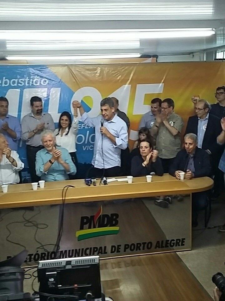 30.out.2016 - O candidato Sebastião Melo (PMDB) dá entrevista após a derrota na eleição para a Prefeitura de Porto Alegre (RS). Melo parabenizou o adversário, agradeceu os seus eleitores e desejou sorte à cidade