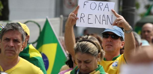 Manifestantes protestam em apoio ao juiz Sérgio Moro, contra as mudanças no projeto anticorrupção, além de pedir a saída imediata do presidente do Senado, Renan Calheiros (PMDB-AL), em Campinas