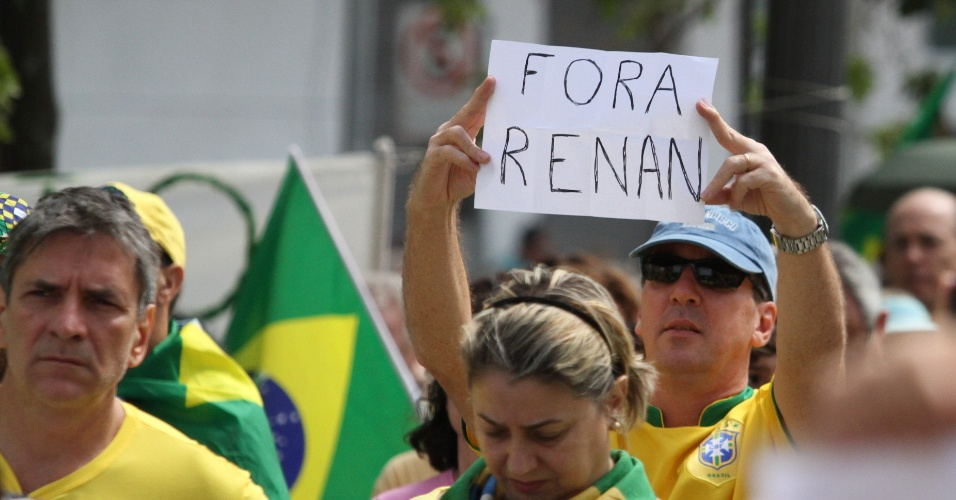 4.dez.2016 - Manifestantes protestam em apoio ao juiz Sérgio Moro, contra as mudanças no projeto anticorrupção, além de pedir a saída imediata do presidente do Senado, Renan Calheiros (PMDB-AL), em Campinas