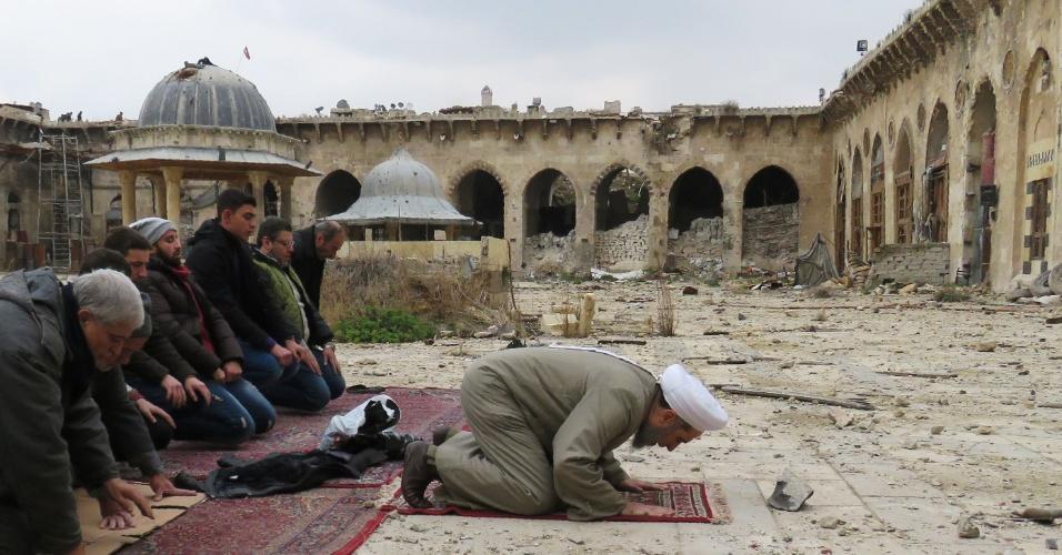 17.dez.2016 - Sírios rezam nas ruínas da antiga mesquita de Umayyad, em Aleppo, após civis terem acesso permitido a certas áreas da cidade retomadas pelas forças de segurança do governo