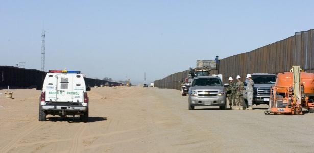 Construção do segundo muro na fronteira entre Yuma (Arizona, EUA) e México, em 2007 - Gary Williams/ Efe