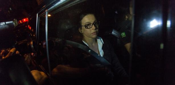 29.mar.2017 - Adriana Ancelmo, ex-primeira-dama do Rio, chega ao seu prédio para cumprir prisão domiciliar após deixar Bangu, onde estava presa desde dezembro de 2016