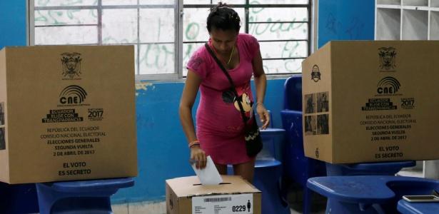 Mulher vota para presidente em Guayaquil, no Equador