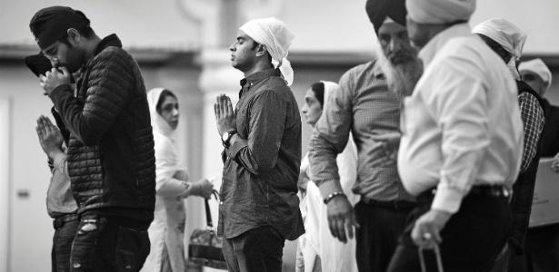 Kaushik Gopal (centro) reza no templo sikh Gurdwara Sahib, em San Jose (EUA) - Deanne Fitzmaurice/The New York Times