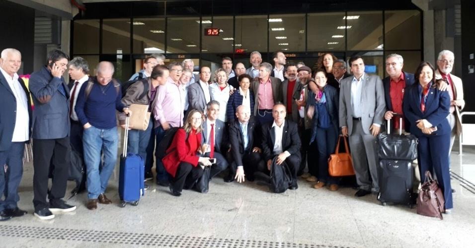 10.mai.2017 - Antes da chegada de Lula, uma comitiva vinda de Brasília com cerca de 50 pessoas, incluindo deputados e senadores do PT e de partidos que apoiam o ex-presidente, chegou ao aeroporto Afonso pena, em Curitiba, por volta das 9h20. No grupo estão, dentre outros, Arlindo Chinaglia (PT-SP), Vicentinho (PT-SP), Jandira Feghali (PC do B-RJ), Henrique Fontana (PT-RS), Paulo Teixeira (PT-SP) e Paulo Rocha (PT-PA)