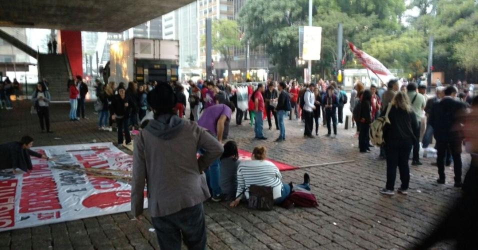18.mai.2017 - Grupos ligados a movimentos sociais começam a se concentrar no vão do MASP, cerca de 40 pessoas