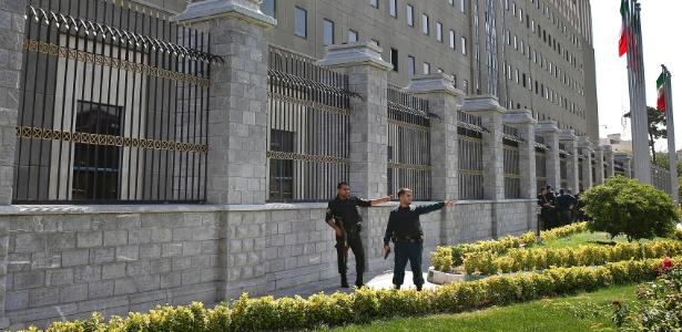 7.jun.2017 - Policias patrulham o lado de fora do Parlamento iraniano após o ataque