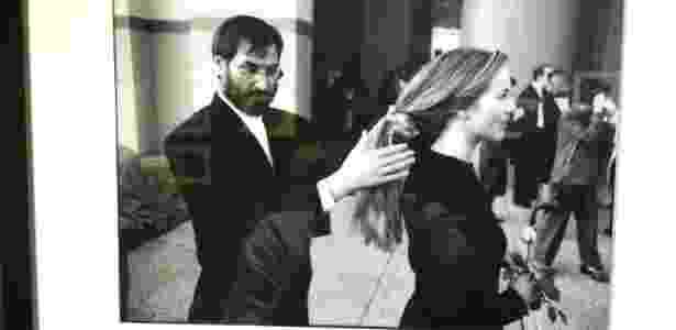 Steve Jobs arruma o cabelo de sua mulher em foto presente na mostra - Gabriel Francisco Ribeiro/UOL - Gabriel Francisco Ribeiro/UOL