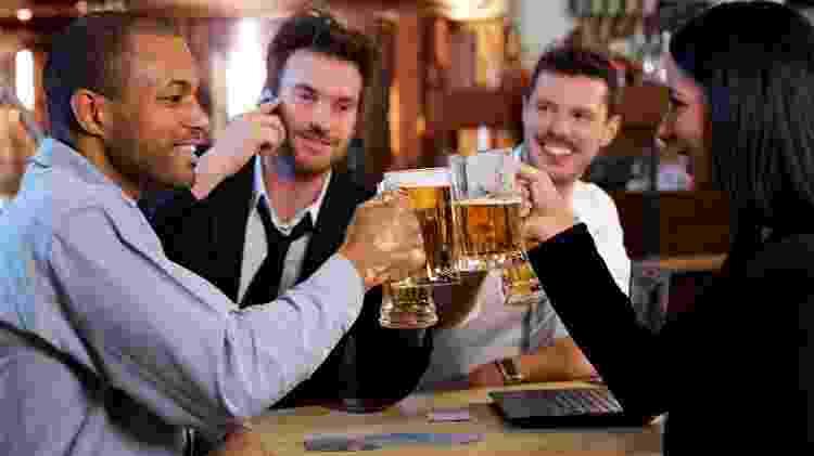 bebida, cerveja, álcool, trabalho, happy hour, escritório, brinde, chope - Getty Images - Getty Images