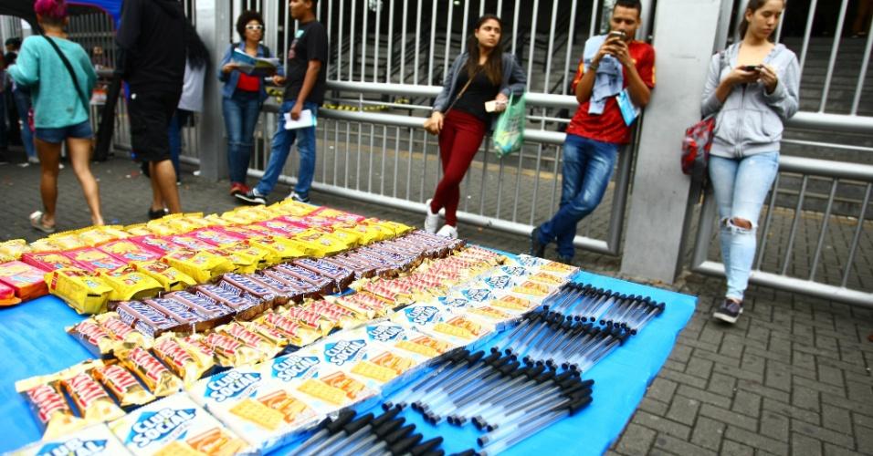 5.npv.2017 - Comerciantes vendem canetas e alimentos em frente à Uninove, na zona oeste de São Paulo, um dos locais de prova do Enem neste domingo