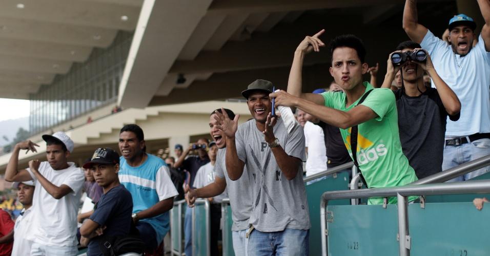 14.ot.2017 - Pessoas reagem enquando assistem a uma corrida de cavalos no Hipódromo La Rinconada, em Caracas, Venezuela