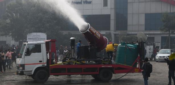 Nova Déli, uma das capitais mais poluídas do mundo, testou um canhão de água destinado a combater a poluição do ar da cidade, sobretudo as partículas em suspensão tão prejudiciais para a saúde - Sajjad Hussain/AFP