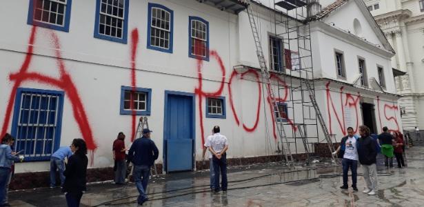 16.abr.2018 - Limpeza da fachada do Pátio do Collegio, no Centro de São Paulo