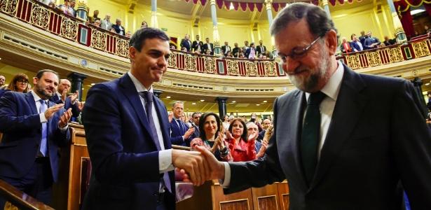 1.jun.2018 - Socialista Pedro Sánchez cumprimenta Mariano Rajoy após votação que determinou troca de poder na Espanha
