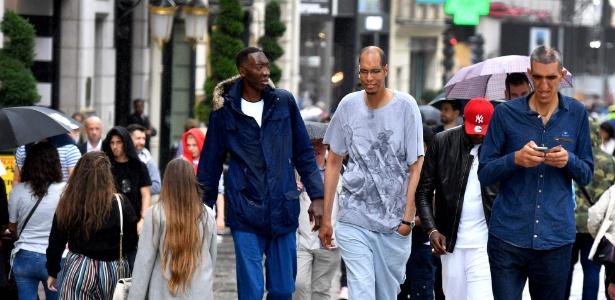 1.jun.2018 - Abdramane Dembele tem 2m35, Brahim Takioullah, 2m46, e Arshavir Grigoryan, 2m33. Alguns dos homens mais altos do mundo se reuniram em um evento em Paris - Gerard Julien/AFP Photo