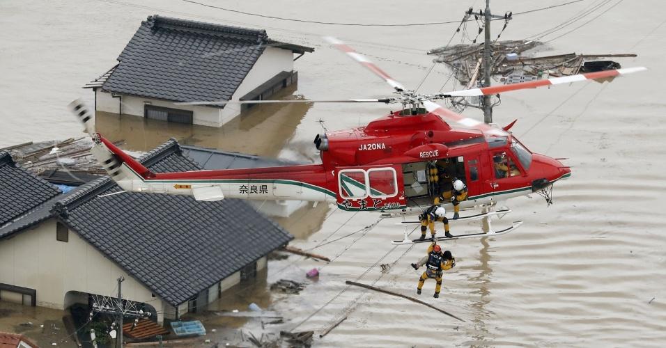 7.jul.2018 - Morador é resgatado de helicóptero após sua casa ser invadida pelas águas da chuva na cidade japonesa de Kurashiki