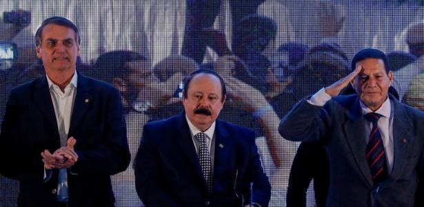 5.ago.2018 - Jair Bolsonaro (e), Levy Fidelix (c) e General Antonio Mourão participam de convenção nacional do PRTB em São Paulo