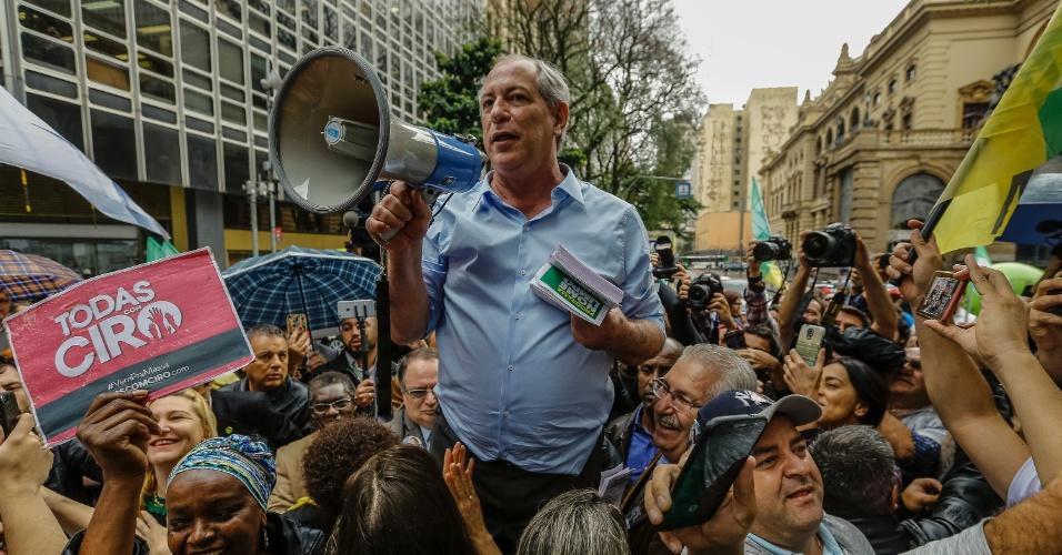 4.set.2018 - O candidato do PDT à Presidência da República, Ciro Gomes, realiza uma caminhada de campanha na região da República, no centro de São Paulo, na tarde desta terça-feira, 4. Ciro conversou com eleitores e distribuiu panfletos em frente ao Teatro Municipal