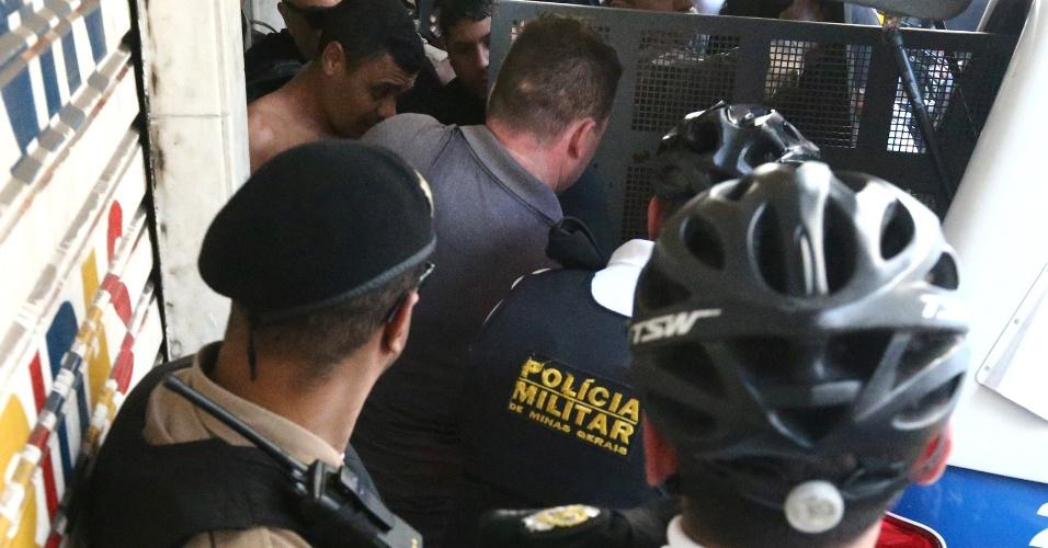 6.set.2018 - Suspeito (sem camisa) de esfaquear o candidato à Presidência da República pelo PSL, Jair Bolsonaro, é conduzido por policiais militares em dia de ato de campanha do presidenciável em Juiz de Fora (MG), nesta quinta-feira, 06. Bolsonaro foi levado para o hospital. De acordo com Flavio Bolsonaro, filho do candidato do PSL, o ferimento foi superficial e Bolsonaro passa bem.O suspeito foi preso, segundo a Polícia Federal
