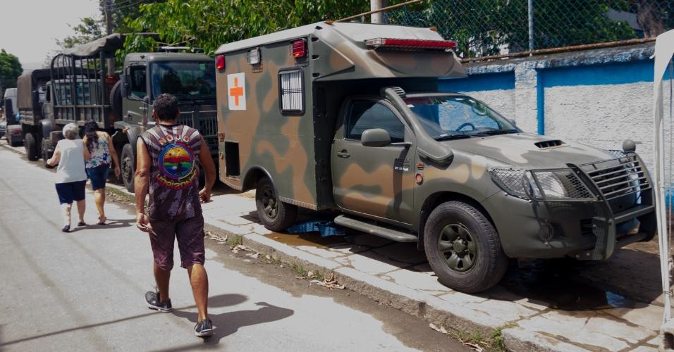 28.out.2018 - Exército faz a segurança para garantir direito da população de votar em colégios eleitorais em área de risco na rua General Barreto Viana, Padre Miguel, zona norte do Rio de Janeiro