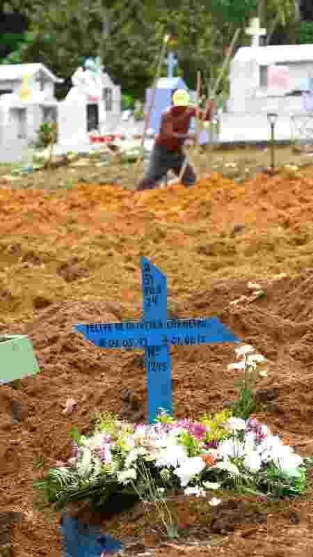 5.jan.2017 - Vítima de massacre do Compaj, que deixou 56 mortos, é enterrada em Manaus - Edmar Barros/Futura Press/Folhapress