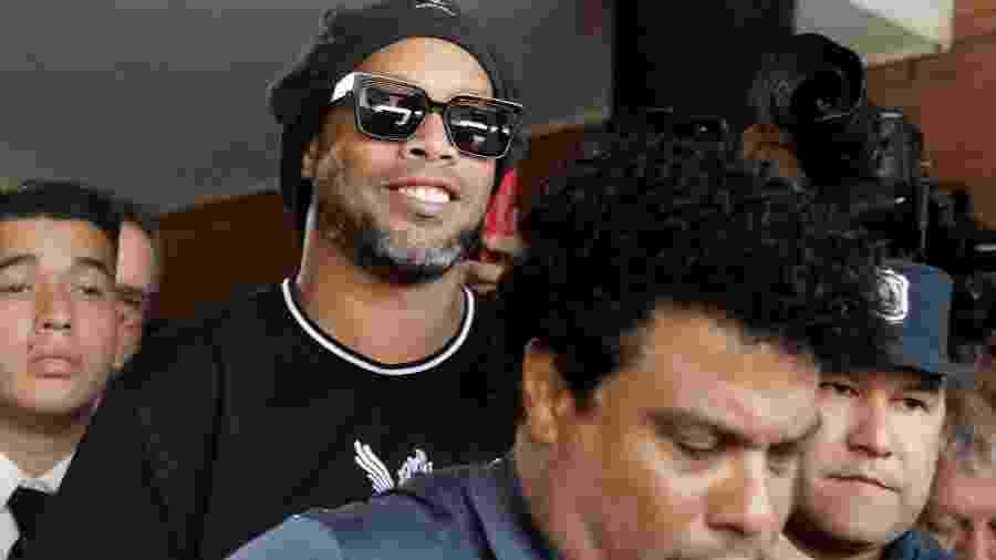 Ronaldinho deixa o Ministério Público do Paraguai após prestar depoimento ao lado do irmão Assis - JORGE ADORNO