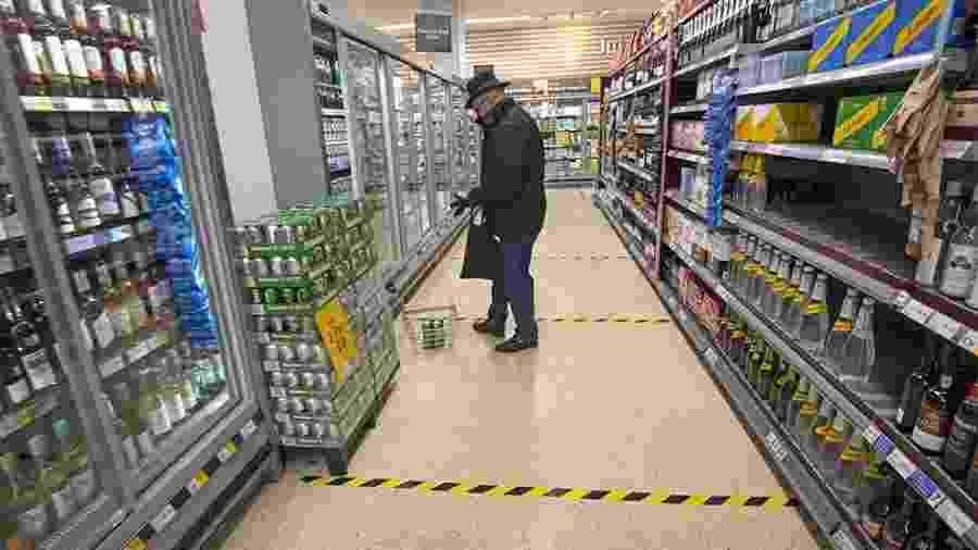 Linhas no chão marcam o distanciamento social em um supermercado - Getty Images