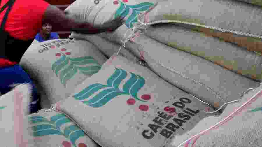Sacas de café para exportação no Porto de Santos (SP) - Paulo Whitaker