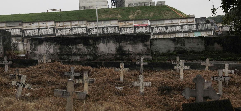 Homem trabalha em obra de ampliação de cemitério no Rio de Janeiro - RICARDO MORAES / Reuters