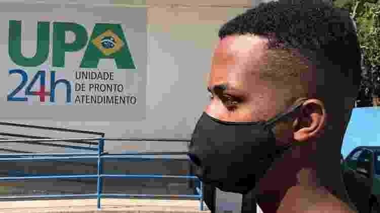 30.abr.2020 - O estudante Wesley Leon, 20, aguardava o pai, com suspeita de covid-19, em frente à UPA Parque Beira Mar, em Duque de Caxias (RJ) - Herculano Barreto Filho/UOL - Herculano Barreto Filho/UOL