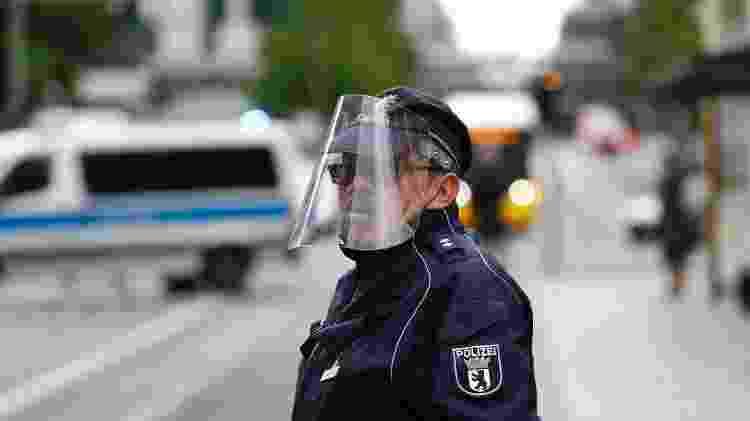 12.mai.2020 - Policial usa proteção facial em Berlim, na Alemanha, em meio ao surto de coronavírus - Fabrizio Bensch/Reuters - Fabrizio Bensch/Reuters