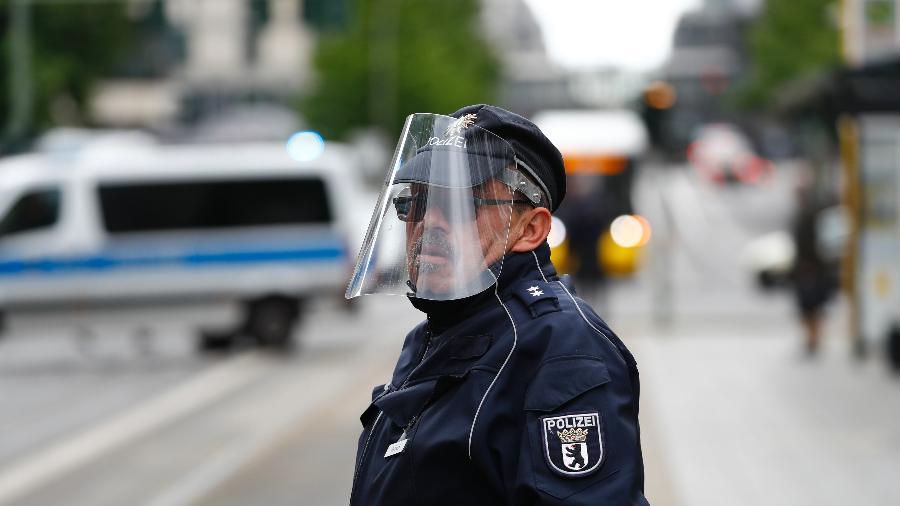 Policial usa proteção facial em Berlim, na Alemanha, em meio ao surto de coronavírus - Fabrizio Bensch/Reuters