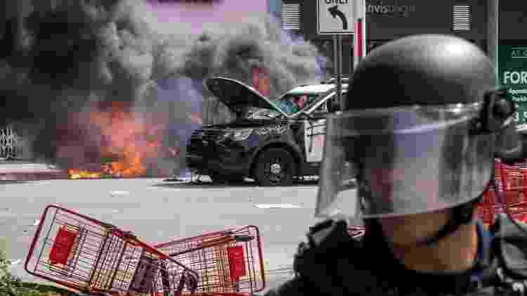 A polícia isolou manifestantes em distrito de Fairfax, em Los Angeles, depois que confrontos se tornaram violentos - Getty Images - Getty Images