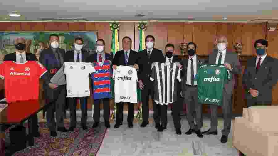 Presidente Jair Bolsonaro (centro) recebe dirigentes de clubes para debater a MP 984. Novo encontro ocorrerá em setembro - Marcos Corrêa/PR