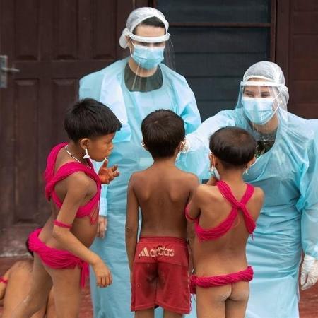 Crianças yanomami são atendidas por médicos militares no município de Alto Alegre (RR) - Joédson Alves/EFE