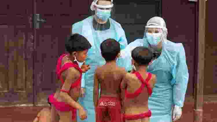 Crianças yanomami são atendidas por médicos militares no município de Alto Alegre (RR) - Joédson Alves/EFE - Joédson Alves/EFE