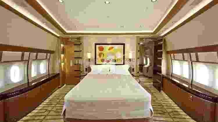 Suíte master tem cama de casal, armários e um banheiro completo - Divulgação - Divulgação