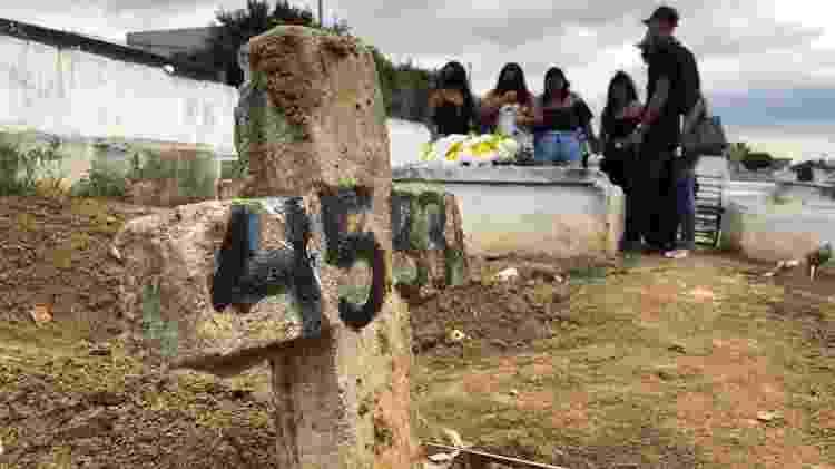 2.dez.2020 - Enterro do morador de rua Carlos Eduardo Pires de Magalhães, que morreu dentro de uma padaria da zona sul do Rio de Janeiro, ocorreu nesta quarta-feira (2) no Cemitério Olinda, em Nilópolis - Herculano Barreto Filho/UOL - Herculano Barreto Filho/UOL
