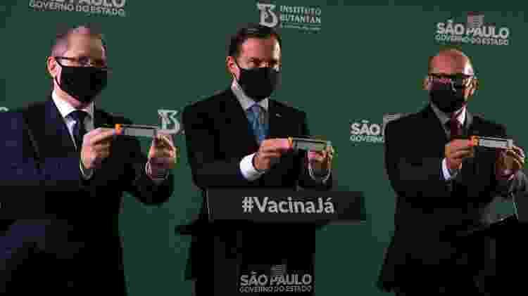 O governador de São Paulo, João Doria (PSDB), segura caixa da CoronaVac ao lado do secretário estadual de Saúde, Jean Gorinchteyn, e o diretor do Instituto Butantan, Dimas Covas - Divulgação - Divulgação